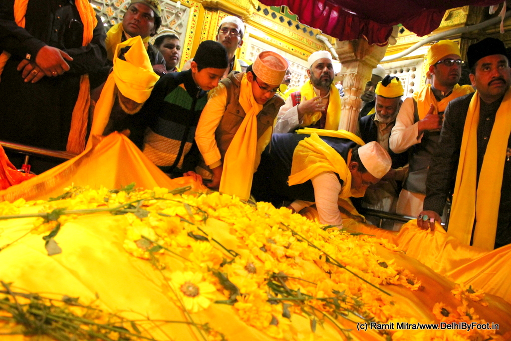Offering of yellow-colored chaadar and flowers at the main dargah